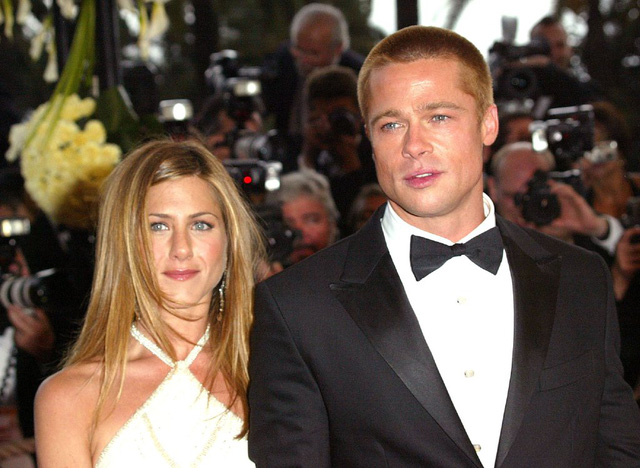Tài tử Brad Pitt cùng vợ cũ Jennifer Aniston trên thảm đỏ LHP Cannes năm 2004, một năm trước khi cả hai ly dị.