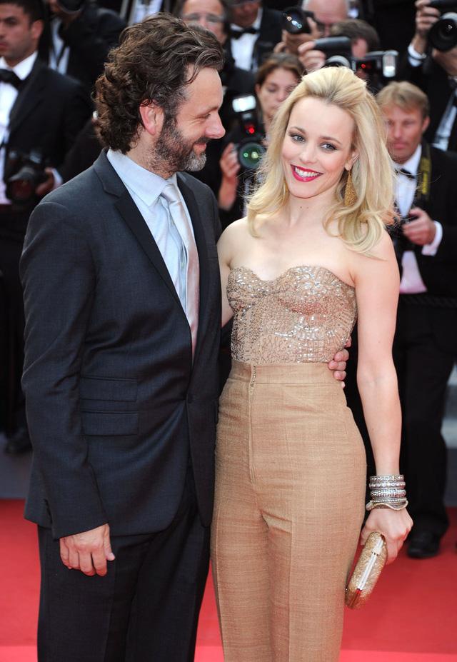 Người đẹp Rachel McAdams và bạn trai Michael Sheen luôn xuất hiện tình cảm bên nhau trong nhiều sự kiện suốt quãng thời gian hẹn hò, trong đó có LHP Cannes năm 2011. Nhưng mối tình của cặp đôi nay đã kết thúc vào năm 2013, chỉ sau 2 năm hẹn hò.