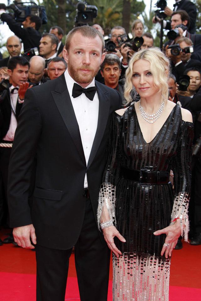 Bà hoàng nhạc Pop - Madonna - xuất hiện bên đạo diễn Guy Ritchie ở LHP Cannes năm 2008. Gần cuối năm đó, truyền thông ồn ào với cuộc hôn nhân tan vỡ của cặp đôi. Cả hai đã khép lại đời sống vợ chồng kéo dài 8 năm.
