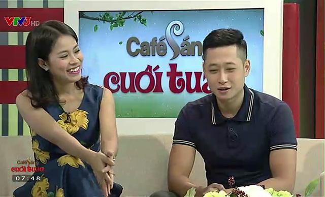 Mạnh Hưng và Quỳnh Hoa trên trường quay của Cà phê sáng cuối tuần.