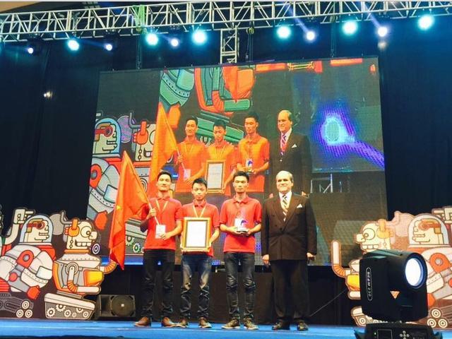 Ông Javad Mottaghi - Tổng thư ký của Hiệp hội Phát thanh Truyền hình châu Á -Thái Bình Dương (ABU) trao giải cho đội vô địch - Việt Nam.