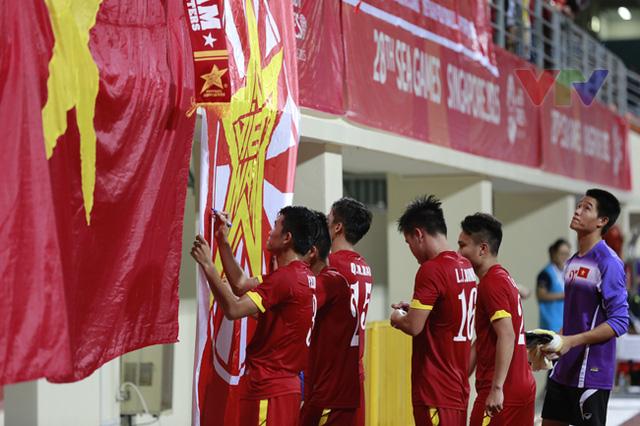 Theo lời hiệu triệu của đội trưởng Quế Ngọc Hải, các cầu thủ U23 Việt Nam nô nức kéo tới ký tặng người hâm mộ.