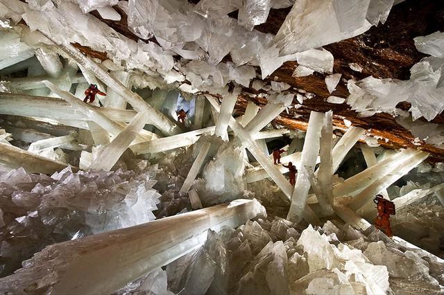 Địa hình hiểm trở của hang động pha lê lớn nhất thế giới nằm tại Chihuahua, Mexico