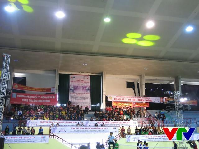 Đông đảo cổ động viên có mặt tại sân thi đấu