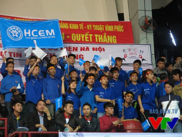 Cổ động viên của các đội tuyển đến từ Cao đẳng Nghề Cơ điện Hà Nội