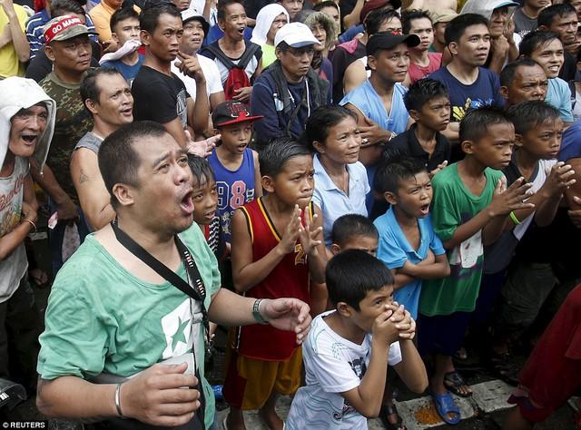 Các CĐV Philippines chăm chú theo dõi trận đấu và cổ vũ nhiệt tình cho Pacquiao.