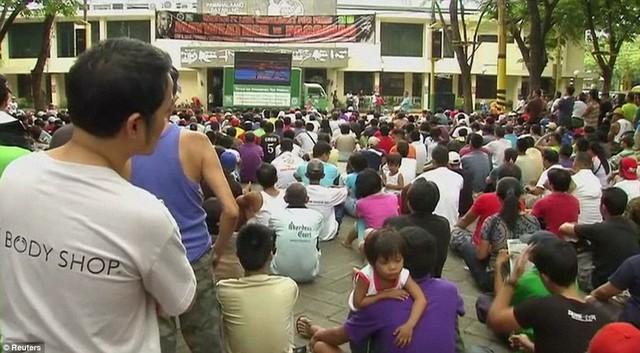 Một số điểm công cộng cũng được trang bị màn hình phục vụ đông đảo người dân.