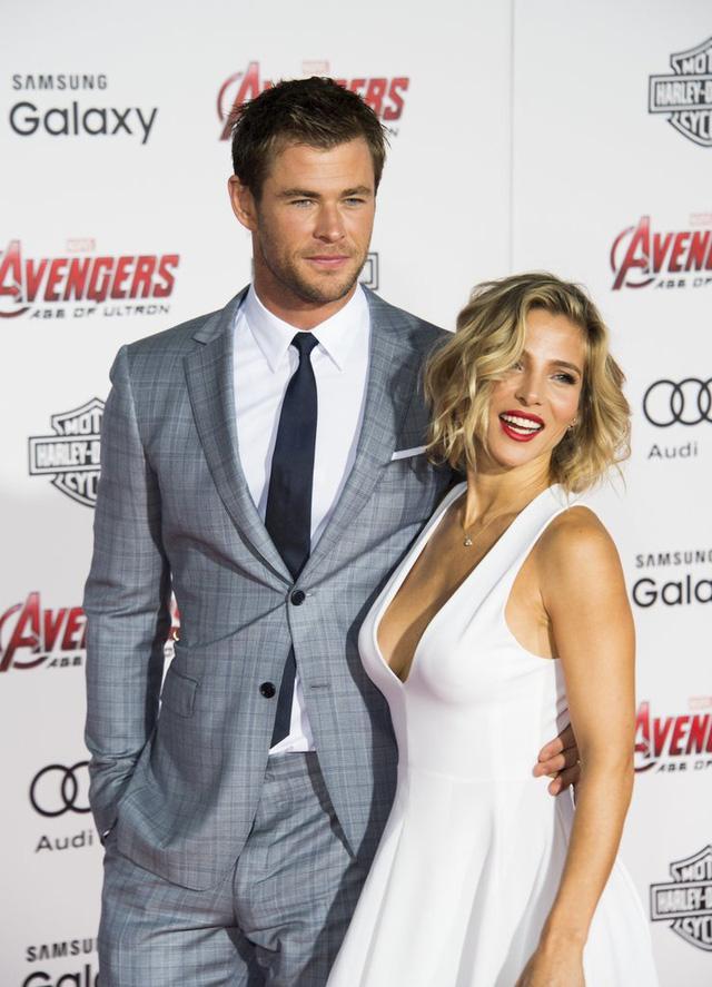 Đến tham dự buổi công chiếu Avengers: Age of Ultron cùng anh là người vợ xinh đẹp - Elsa Pataky. Mái tóc xoăn nhẹ màu vàng óng cùng chiếc váy ngắn màu trắng của cô khiến nhiều người liên tưởng đến hình ảnh Marilyn Monroe