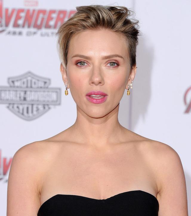 Góa phụ đen Scarlett Johansson gây ấn tượng với khuôn mặt đẹp không tì vết cùng thân hình gợi cảm, quyến rũ trong bộ jumpsuit màu đen của thương hiệu xa xỉ Zuhair Murad