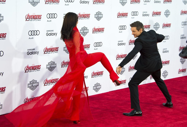 Cô nàng thể hiện quyền cước của mình ngay trên thảm đỏ