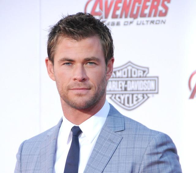 Thần Sấm Chris Hemsworth xuất hiện trên thảm đỏ trong bộ vest ghi xám lịch lãm