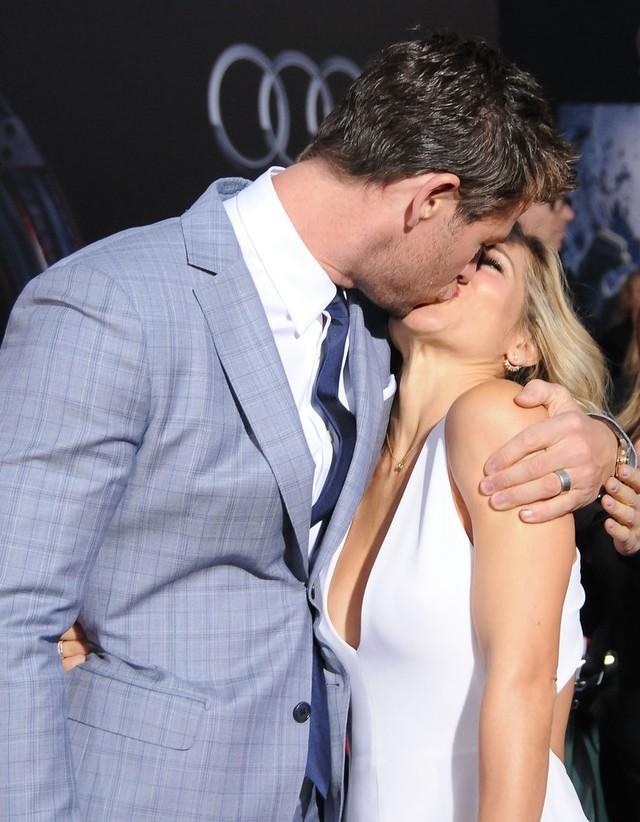Cặp đôi không ngần ngại trao nhau nụ hôn nóng bỏng trước ống kính phóng viên