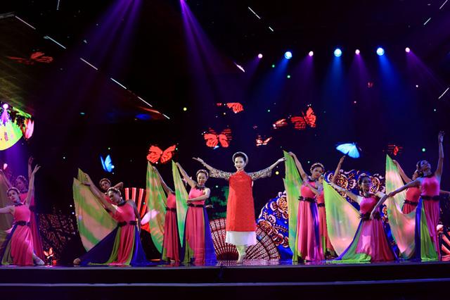 Cùng nhóm múa Mai Trắng, Phương Linh khiến sân khấu Chào 2016 trở nên rộn ràng hơn qua liên khúc Hoa thơm bướm lượn – Bướm mơ.