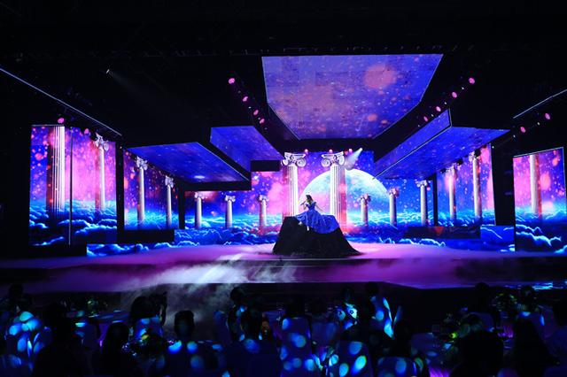 Sân khấu lộng lẫy của Chào 2016 trong tiết mục của ca sĩ Hồ Quỳnh Hương.