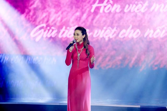 Mỹ Tâm dịu dàng trong chiếc áo dài hồng sẫm - rất phù hợp với không khí năm mới. Trong Chào 2016, cô thể hiện ca khúc Green fields và Thương ca Việt Nam.