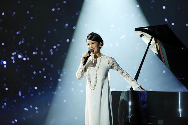 Cô Bống luôn dịu dàng và trẻ trung. Trong Chào xuân, ca sĩ mang đến những hình ảnh rất đa dạng.