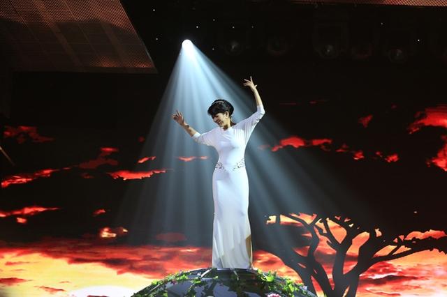 Hồng Nhung trong ca khúc Earth song.