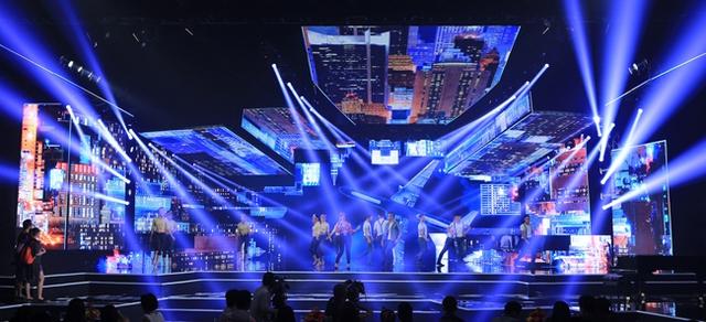 Sân khấu rực rỡ của Chào 2016.