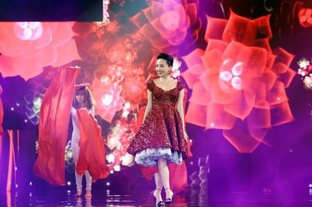 Tóc Tiên xinh xắn trong bộ đầm đỏ. Cô đã có một năm 2015 thành công khi tham gia The Remix - Hòa âm ánh sáng.
