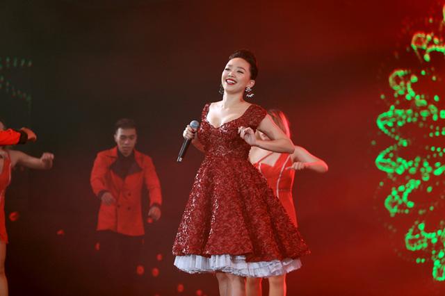 Trong Chào 2016, Tóc Tiên thể hiện ca khúc Hoa cỏ mùa xuân cùng màn phụ họa của nhóm múa MTE.