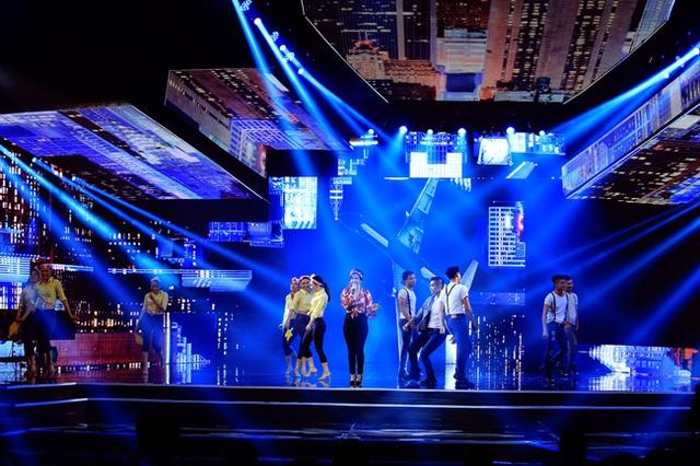 Liên khúc Tie a yellow ribbon – Top of the world qua sự thể hiện của Phương Vy và nhóm múa MTE.