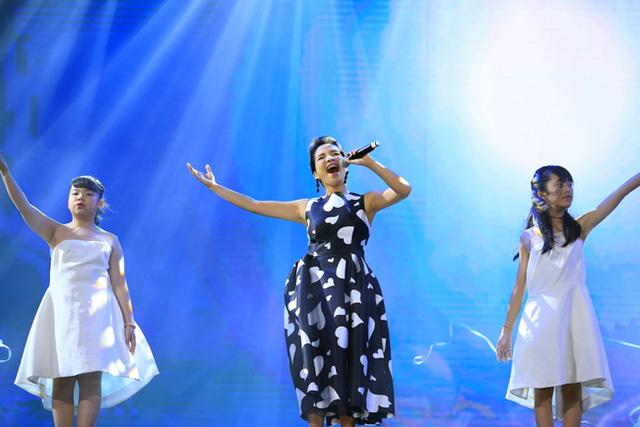Mỹ Linh và tốp thiếu nhi Young Hit trong ca khúc I belive I can fly.