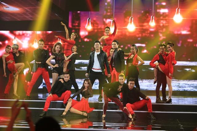 Quán quân Vietnam Idol Trọng Hiếu lần đầu tiên xuất hiện trong chương trình Chào xuân của VTV. Trọng Hiếu mang đến liên khúc Beautiful life – Living la Vida Loca.