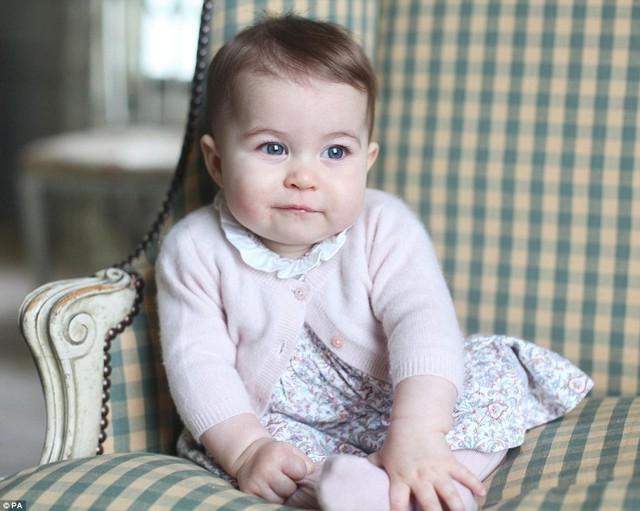 Tiểu công chúa Charlotte thừa hưởng mái tóc nâu từ mẹ. Trong khi đó, anh trai của cô bé, hoàng tử George, lại thừa hưởng mái tóc vàng của bố. (Ảnh: Daily Mail)