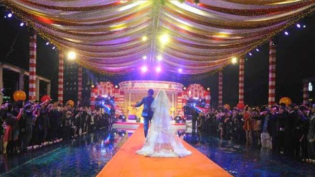 Không gian tại bể bơi biến thành nơi tổ chức tiệc cưới.