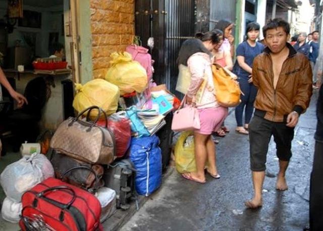 Người dân nhanh chóng di dời đồ đạc đến nơi khác.