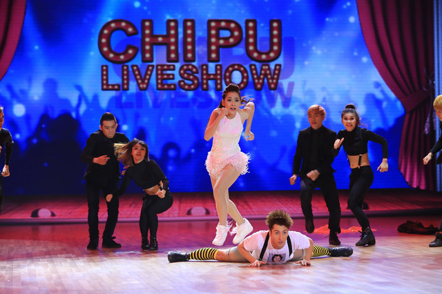 Chi Pu kết hợp cùng bạn nhảy Georgi mở màn với điệu Chachacha kết hợp Hiphop trên nền ca khúc Bang Bang