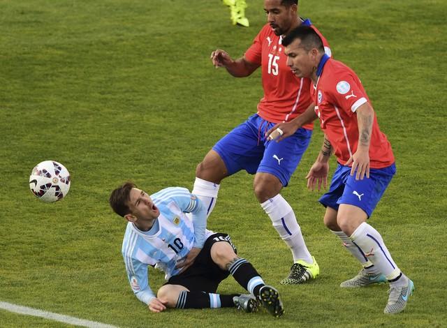 Messi được các hậu vệ Chile chăm sóc rất kỹ càng