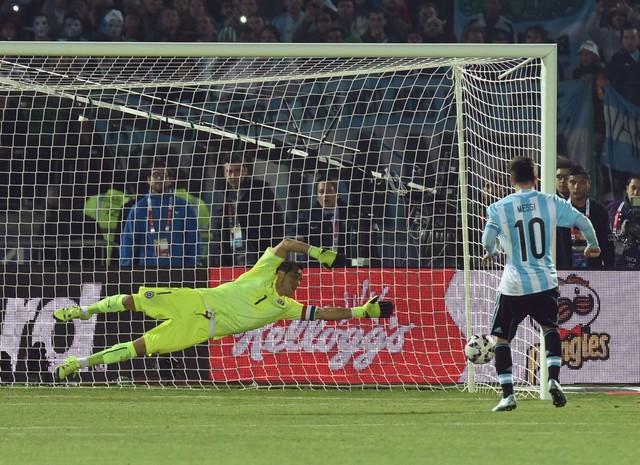 Messi thực hiện thành công quả đá luân lưu đầu tiên cho Argentina