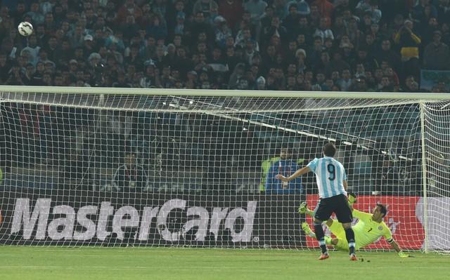 Higuain là một trong hai cầu thủ Argentina đá phóng trong loạt đá luân lưu