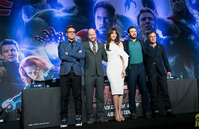 (Từ trái qua) Robert Dwayne Jr. (Iron Man), biên kịch/đạo diễn Joss Whedon, Claudia Kim (Dr.Cho), Chris Evans (Captain America) và Mark Ruffalo (Hulk) trong lễ ra mắt phim tại Seoul.
