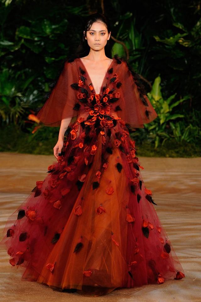 Hoa làm điểm nhấn trong thiết kế váy mới của Christian Siriano.
