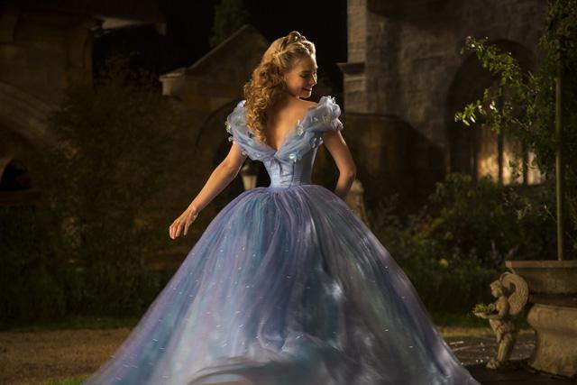 Cận cảnh vòng eo con kiến gây tranh cãi của Cinderella