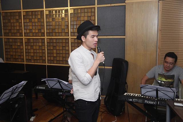 Trong đêm Chung kết Bài hát Việt, Quốc Thiên cùng Phương Vy sẽ thể hiện ca khúc Chuyện 2 của tác giả Hoàng Anh Minh.