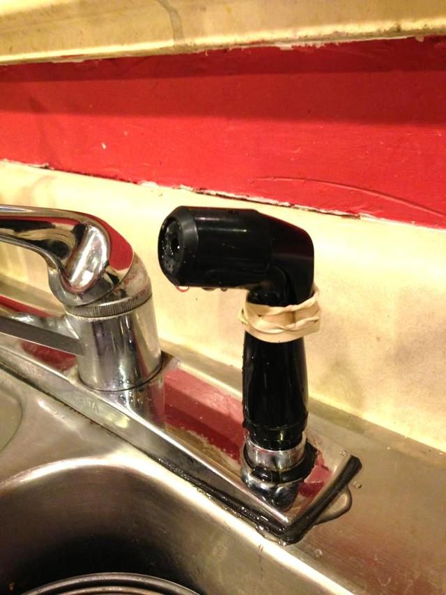 Cắm một vòi nước hỏng lên chậu rửa mặt.