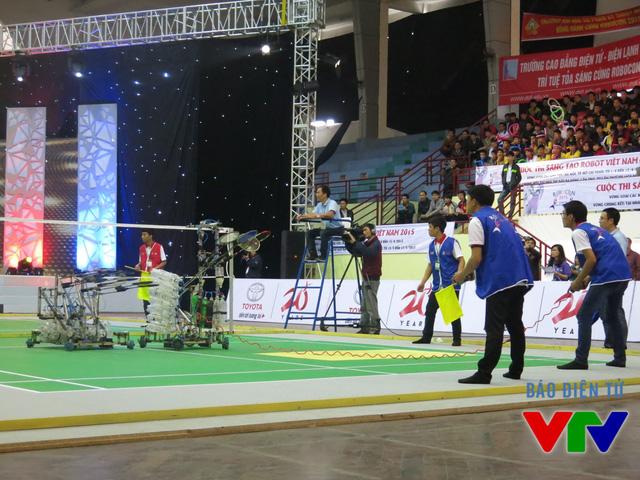 Đội tuyển CNDDT04 đến từ Đại học Công nghiệp Hà Nội trong trang phục màu xanh