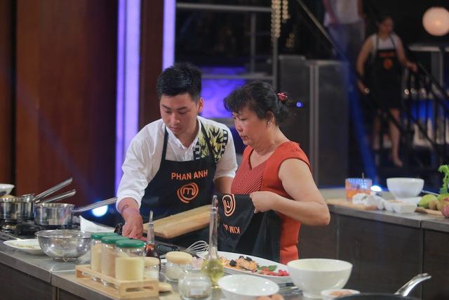Thí sinh Kim Oanh bị loại và phải trả lại tạp dề cho căn bếp.