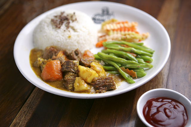 Suất cơm gân nạm bò nấu cà ri giá 55.000 đồng tại Cơm Nhắng Nướng. (Ảnh: Zing)