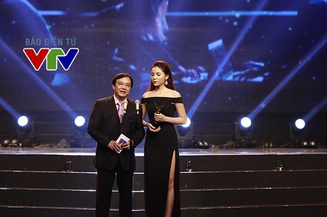 Nhà báo Phạm Việt Tiến, Phó Tổng Giám đốc Đài THVN và Hoa hậu Việt Nam 2014 - Nguyễn Cao Kỳ Duyên Giải thưởng Chương trình ấn tượng được cộng đồng mạng yêu thích nhất.