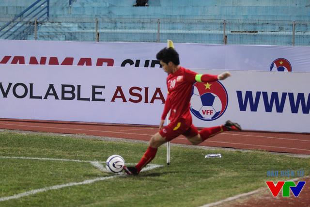 Công Phượng là người kiến tạo cho Mạnh Hùng ghi bàn san hòa tỉ số 1-1.