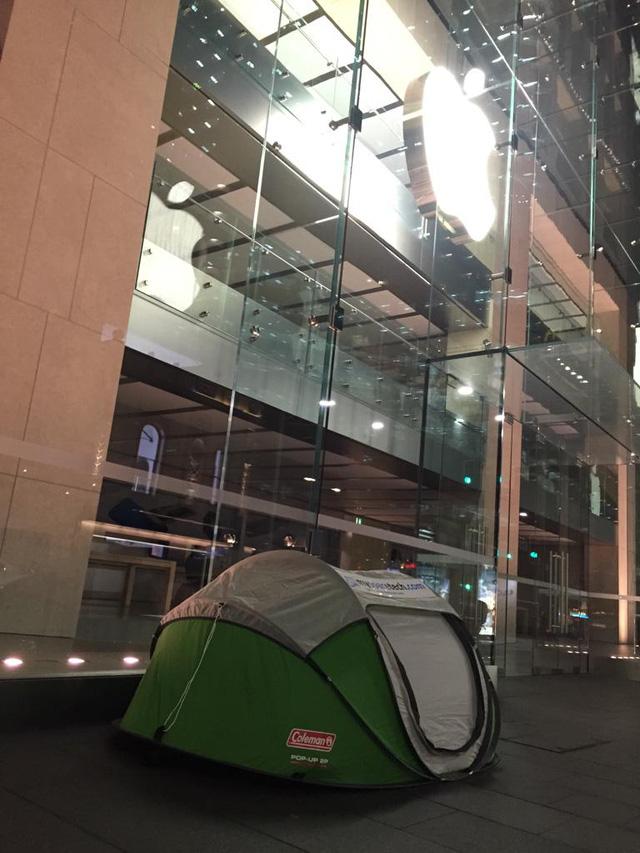 Có người dựng sẵn lều để chờ đợi trước Apple Store