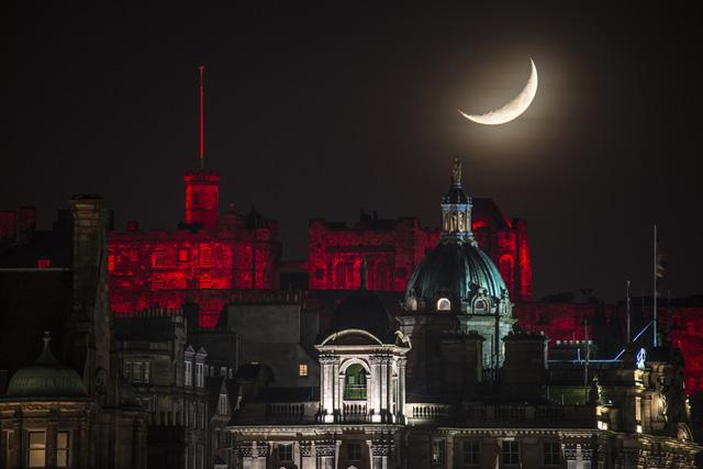 Mảnh trăng lưỡi liềm trên đỉnh lâu đài Edinburgh được chụp vào ngày Giáng Sinh 2014. Tác giả: Grant Ritchie