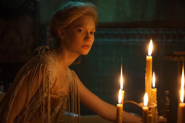 Mia Wasikowska với vẻ đẹp mong manh đã được đạo diễn nổi tiếng Guillermo Del Toro lựa chọn.