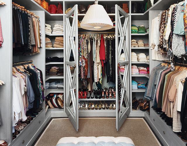 Tủ quần áo lộn xộn: Hãy chịu khó sắp xếp lại tủ quần áo một tuần một lần để bạn không phải mất quá nhiều thời gian cho việc nên mặc gì hàng ngày.
