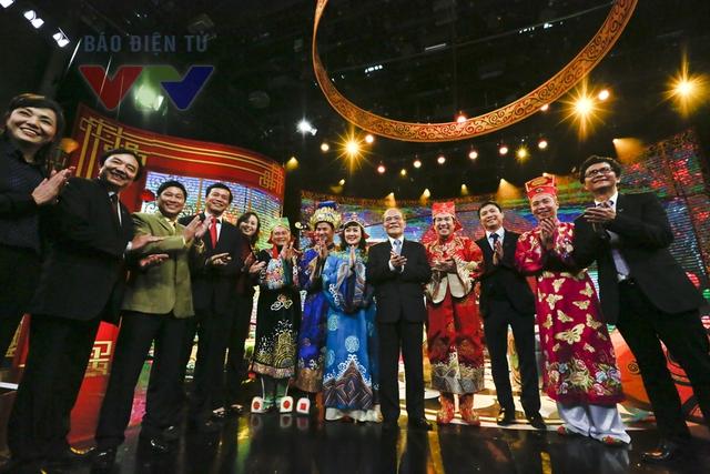 Chủ tịch Quốc hội (giữa) chụp ảnh cùng các nghệ sĩ tham gia Táo quân 2015 và lãnh đạo Đài THVN.
