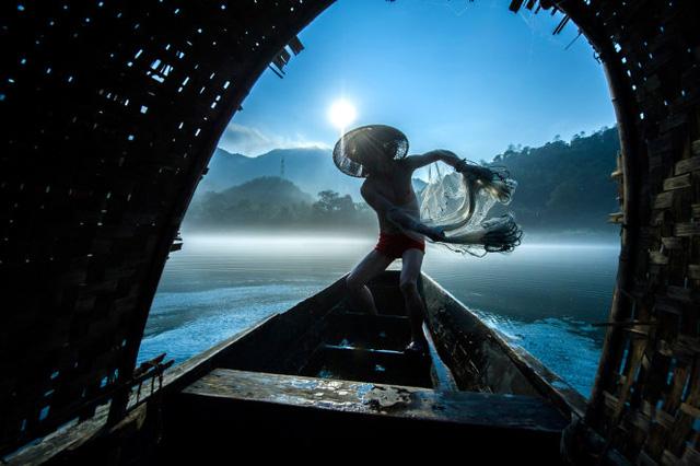 Quăng lưới - tác phẩm đoạt giải Nhì - Ảnh: Liming Cao (Trung Quốc)